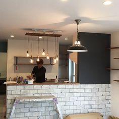 以前作ったキッチンカウンターの照明も取付けました!奥で作業してる大工さんもなんかオシャレに見える(笑) #マイホーム #注文住宅 #新築 #キッチンカウンター #タイル張り #吊り照明 #エジソンラン - y.tsukushi_