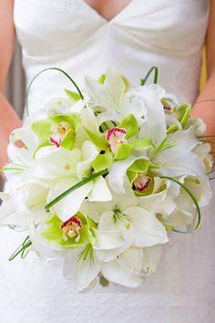 Ramo de lirios orientales blancos y orquídeas verdes