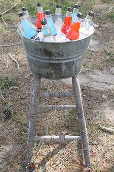 repurposed bar stool......Junk Drink Stand Diy Gartenprojekte, Diy Crafts, Outdoor Projects, Outdoor Decor, Outdoor Bar Stools, Diy Bar Stools, Diy Stool, Indoor Outdoor, Repurposed Items
