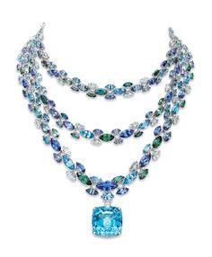 Des aigues-marines XXL, des perles baroques, tanzanites et tourmalines par centaines pour recréer un grand bleu au luxe fantaisie baptisé 'Blue Book 2016'.
