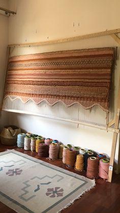 Weaving Loom Diy, Rug Loom, Weaving Art, Tapestry Weaving, Hand Weaving, Macrame Wall Hanging Patterns, Weaving Wall Hanging, Weaving Textiles, Weaving Patterns