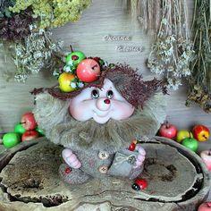 Домовенок уехал жить в Голландию. Интерьерная, сувенирная кукла высотой в шапке около 21 см. Выполнен в технике скульптурный текстиль, внутри имеет основание из песочных опилок. Из-за чего плотный и его очень приятно держать в руках. Волосы - натуральное льняное волокно. Кукла интерьерная, обережек для дома. Очень красиво смотрится на кухне и в прихожей. Делает атмосферу уютней, поднимает настроение и легко вызывает положительные эмоции своей улыбкой и доброй душой!  Возможен приблизите...