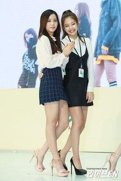 Jisoo and Jennie (Blackpink) Blackpink Fashion, Asian Fashion, Fashion Outfits, Kim Jennie, Korean Girl, Asian Girl, Moda Kpop, Chica Cool, Looks Black