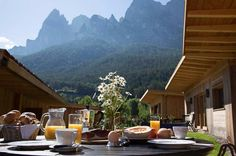 Frühstück mit Blick auf die Berge am Campingplatz, Seiser Alm, Südtirol