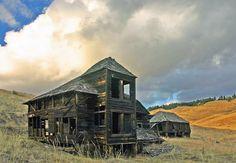 Pflug Mansion - Wauconda, Washington Old Abandoned Buildings, Old Buildings, Abandoned Places, Old Mansions, Abandoned Mansions, Creepy Houses, Haunted Houses, Roadside Attractions, Old Farm