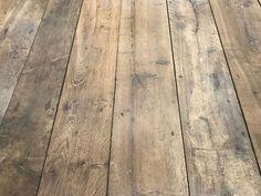 Plancher ancien de récupération en vieux chêne, patine naturelle brossé. Lames larges avec rainure et languette.