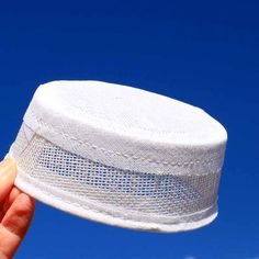 Make your own vintage style pillbox hat fascinator!    A nice and sturdy buckram hat form in the classic pillbox shape.    • buckram  • white  • approx. 1.75 inches tall (4.5 cm  • approx 4 inch diameter (10 cm)    Cover with fabric and embellish however you like.