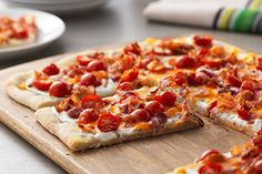 Give in to your dinner cravings with a Spicy Jalapeño & Bacon Flatbread. It's the perfect combination of everything you love most: Crispy bacon, spicy jalapeño, and crunchy flatbread. Serve it at a party or just keep it for yourself. Jalapeno Bacon, Smoked Bacon, Recipes Appetizers And Snacks, Appetizer Dips, Spicy Recipes, Dinner Recipes, Dinner Ideas, Supper Ideas, Party Appetizers
