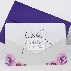 Invitación de boda original con sobre y flores moradas