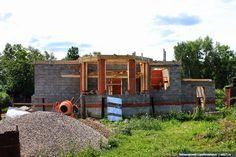 Двухэтажный коттедж с многоуровневой крышей и гаражом в Московской области. Фото со строительства и небольшой рассказ по ссылке: http://skb21.ru/objects/svoy-dom-v-moskovskoy-oblasti/