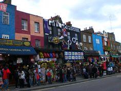 Camden Town in London, Greater London In Camden gibt es viele Märkte. Handeln ist angesagt. Man findet fast alles: von Handyhüllen zu alten Schallplatten. Meiner Meinung hat dieser Stadtteil einen bestimmten Charm dem nicht jedem gefällt. Camden ist umtriebig, am Wochenende sehr überfüllt, markant durch seine vielen Pubs, Second Hand-Klamottenläden und vor allem Schuhläden. In Camden hat auch der Musiksender MTV seinen Hauptsitz. Am Wochenende beherrscht das Publikum des Camden Lock Markets…