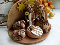 Keramický betlém Keramický betlém, glazovaný. Figurky můžete rozmístit dle vlastní fantazie. Ručně modelované. Nativity Creche, Christmas Nativity Set, Christmas Clay, Nativity Sets, Xmas, Clay Art For Kids, Thrown Pottery, Clay Dolls, Sculpture Clay