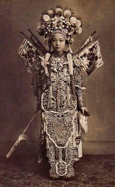 Một nữ diễn viên tuồng ở Sài Gòn. Ảnh chụp năm 1900.