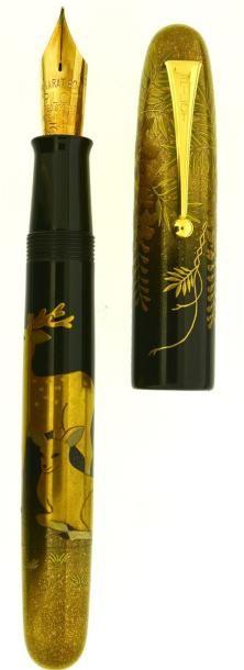 PILOT/NAMIKI Daim, stylo plume de la collection Empereur, en ébonite revêtue de laque japonaise urushi représentant un couple de daims sur le corps et de la glycines sur le capuchon. Plume en or 14 carats… - Artcurial - 06/12/2014