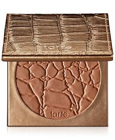 A longwearing mineral-based bronzing powder infused with Amazonian clay for a healthy, natural looking glow. Product Performance: This fragrance free bronzer delivers sunkissed radiance in a lightweig