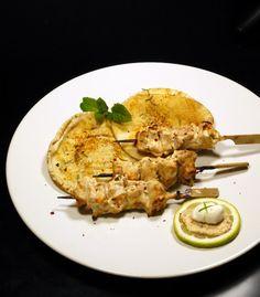 σουβλάκια κοτόπουλου μαριναρισμένα σε πικάντικο γιαούρτι | Pandespani Pork, Chicken, Meat, Recipes, Kale Stir Fry, Recipies, Ripped Recipes, Pork Chops, Cooking Recipes
