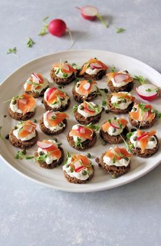 ▷ 1001 + delicious and quick finger food ▷ 1001 + leckere und schnelle Fingerfood Rezepte fingerfood-cold-party-canapes-bun-philadelphia-salmon-radish - Party Finger Foods, Finger Food Appetizers, Appetizers For Party, Appetizer Recipes, Party Canapes, Snacks Für Party, Smoked Salmon Canapes, Cooking Recipes, Healthy Recipes
