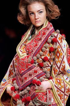 Pin for Later: The Alexander McQueen: Savage Beauty Exhibit Finally Heads to London Spring 2005 Folk Fashion, Fashion Moda, Ethnic Fashion, High Fashion, Fashion Beauty, Style Couture, Couture Fashion, Bohemian Style, Boho Chic