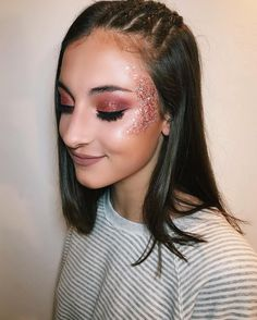 Coachella makeup ideas you're going to adore this fesvial season! We've got you covered with these Coachella approved makeup looks! Rave Makeup, Glam Makeup, Beauty Makeup, Glitter Face Makeup, Cheer Makeup, Gothic Makeup, Fantasy Makeup, Makeup Art, Glitter Carnaval