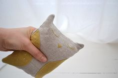 les pommettes du chat warming pad. Flax seeds are used for making water bottles and heating pads. Place your warming pack in microwave oven for 2 minutes or over a radiator and enjoy its gentle and soothing warmth. Filling: organic golden flaxseed  Shell: 100% linen natural colored and dyed linen