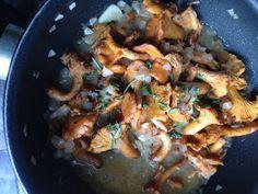 """Kantareller I smækker flødesauce med ingefær og friske krydderurter er en ret, du kan spise med god samvittighed, hvis du dyrker low carb livsstilen. Servér den som tilbehør til hovedretten - som her til lasagnen - frokostretten eller som forret, når du skal have gæster. Opskriften findes på CDJetteDCs LCHF. Her er også link til """"Svampeatlas"""", så du kan læse om indsamling af svampe og se mere om, hvordan man kender forskel på spiselige svampe og giftige arter. Lchf, Paella, Pork, Low Carb, Meat, Chicken, Ethnic Recipes, Lasagna, Pork Roulade"""