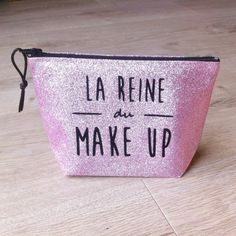 "Trousse à maquillage ""La reine du make-up"" : Trousses par gigie-bricole Make Up, Etsy, Bags, Gift Ideas, Handmade Gifts, Queen, Unique Jewelry, Handmade, Makeup"