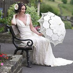 The perfect bridal look for an autumn wedding. Isn't the umbrella a nice touch? Click to get it!