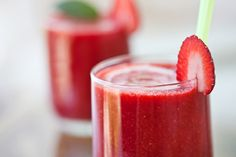 Apple Berry Banana Smoothie 3 ounces apple juice 1 cup fresh or frozen strawberries 1 small banana 1 scoop whey protein powder 1 cup ice cu. Protein Smoothies, Protein Packed Snacks, Yummy Smoothies, Smoothie Recipes, Whey Protein, Protein Shakes, High Protein, Kiwi Berries, Frozen Strawberries