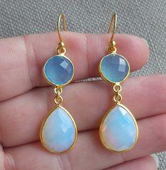 Vergulde oorbellen met Opaliet en blauw Chalcedoon