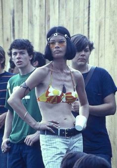 25 Groovy Trends Spotted From Woodstock Festival Street Style 1969 Woodstock, Festival Woodstock, Woodstock Hippies, Woodstock Music, Hippie Man, Hippie Chick, Hippie Life, Hippie Style, Hippy Girl