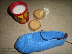 Fashion y Fácil DIY: Cómo tejer slippers, pantuflas o babuchas fáciles, a ganchillo paso a paso. (How to make easy crochet slippers? Step by step) Socks, Fashion, Sock Loom, Slippers Crochet, Wrap Gifts, How To Knit, Caps Hats, Moda, Fashion Styles