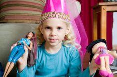 Sződy Judit - Számtalan olyan játékszer kapható a boltokban, amelyek nem egyeztethetőek össze értékrendünkkel. Van, akit a puska zavar, mást a Barbie baba, megint mást a bankrablós legó. Nem beszélve a kamaszok háborús, öldöklős játékaival. Nézzük a lányokat!