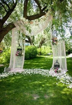 wedding ideas outdoor / wedding ideas & wedding ideas on a budget & wedding ideas country & wedding ideas elegant & wedding ideas fall & wedding ideas outdoor & wedding ideas summer & wedding ideas romantic Green Park, Wedding Themes, Simple Outdoor Wedding Decorations, Outdoor Tree Decorations, Outside Wedding Decorations, Wedding Favors, Outdoor Night Wedding, Vintage Outdoor Weddings, Small Wedding Receptions