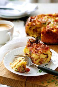 Το επίσημο όνομα της είναι strata… μοιάζει με αλμυρή πουτίγκα ή με αλμυρό κέικ ή με πίτα ή κάτι ανάμεσα σε όλα αυτά. Οι Αγγλοσάξωνες τη χρησιμοποιούν στο π