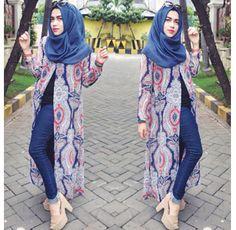 Jakarta - Nafira merupakan salah satu selebriti Instagram (selebgram) yang sering menjadi endorser dari berbagai online shop. Dalam kesehariannya, wanita asal Surabaya ini senang tampil simpel dan cenderung kasual. Padu padan busananya cocok untuk diterapkan ketika pergi hangout atau ke acara santai. Berikut gaya busana si cantik Nafira. Terusan Maksi Terusan maksi dengan print grafis…