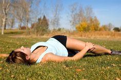 Rückenschmerzen entstehen meist durch übermäßige Belastung oder Fehlhaltung. Wer seine Muskulatur stärkt, kann dem gut vorbeugen. Wir haben 6 Übungen für dich, die bei Rückenschmerzen helfen können.