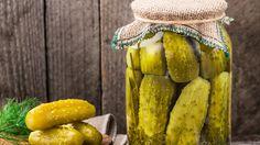 Wenn Sie Gurken haltbar machen möchten, können Sie das Gemüse ganz einfach selber einlegen. Wir verraten, wie Sie aromatische Salzgurken und pikante Gewürzgurken im Glas einmachen können. Wenn es einmal schnell gehen soll, finden Sie zudem ein Rez...