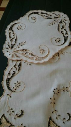 Border Embroidery Designs, Cutwork Embroidery, Machine Embroidery Patterns, Cut Work, Arte Popular, Vintage Lace, Hand Stitching, Graphic Art, Diy And Crafts