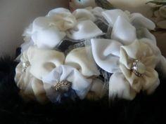 Ramo de flores blancas de senda con botones de nácar y plumas negras rodeando el bouquet de Algodón de Luna