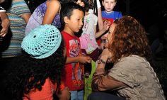 En una fiesta popular que se prolongó durante horas, la señora Karime Macías convivió con los pequeños y disfrutó de la música tradicional navideña, las piñatas y los dulces y las frutas de la estación.
