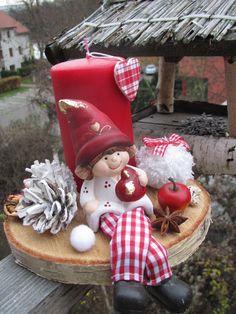 Skřítek Anička Skřítek Anička Vám přináší vánoční svícen přímo z lesa. Podstavec tvoří březové polínko. délka 18 cm, výška15 cm. Pouze osobní odběr v rámciPrahy vzhledem ke křehkosti.