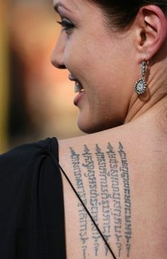Angelina Jolie has revealed a brand new ink tattoos on her body parts for extra beauty. In this article we explained 9 beautiful angelina jolie tattoos. which is inspired to her tattoos. Sexy Tattoos, Trendy Tattoos, Girl Tattoos, Tribal Tattoos, Tatuagem Sak Yant, Sak Yant Tattoo, Brad Pitt, Polynesian Tattoo Designs, Best Tattoo Designs