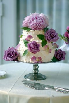 Breathtaking cakes decorated with real flowers.