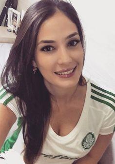 Hot Football Fans, Football Girls, Soccer Fans, Ronaldo, Names Girl, Fc Liverpool, Cute Brunette, Beautiful Athletes, Hot Fan