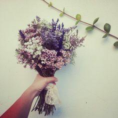 Mi maravilloso ramo de novia #wedding #ramo #flores #silvestres Simple Wedding Bouquets, Bride Bouquets, Floral Wedding, Wedding Colors, Bridal Flowers, Fall Flowers, Dried Flowers, May Weddings, Types Of Flowers