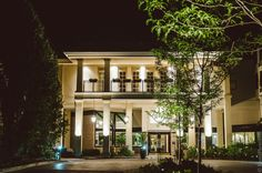The front of the resort makes such a pretty backdrop for night photos. Night Photos, Backdrops, Wedding Venues, Fall Winter, Spring Summer, Weddings, Mansions, House Styles, Pretty