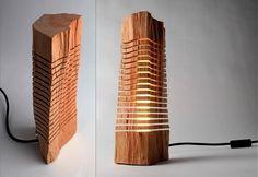 Escultura iluminada feita com pedaço de tronco de madeira