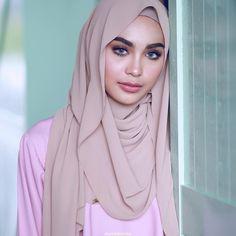 Discover recipes, home ideas, style inspiration and other ideas to try. Pashmina Hijab Tutorial, Turban Tutorial, Hijab Simple, Hijab Makeup, Turban Hijab, Style Simple, Pakistani Wedding Dresses, Beautiful Hijab, Indian Bridal