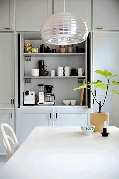Don't let the kitchen in your home look boring. Put these kitchen cabinets in your home kitchen. Modern Kitchen Cabinets, Kitchen Cabinet Design, Interior Design Kitchen, New Kitchen, Kitchen Decor, Kitchen Styling, Cocinas Kitchen, Ideas Hogar, Beautiful Kitchens