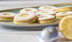 Szerettem+volna+egy+kicsit+a+hagyományos+lekváros+linzertől+eltérni+és+valami+izgalmasabb+ízt+csempészni+a+kekszekbe,+ezért+választottam+a+citromkrémet+most+tölteléknek.+Egyik+kedvenc+citromos+kekszünkben+is+citromkrémmel+készül+(magában+a+tésztában),+próbáltam+más+pitében+is,+és+most+így.+Mindegyik…